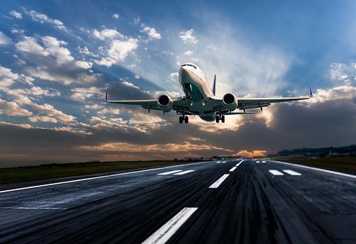 Approaching「Passenger airplane landing at dusk」:スマホ壁紙(6)