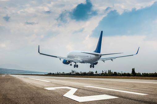 Approaching「Passenger airplane landing」:スマホ壁紙(19)
