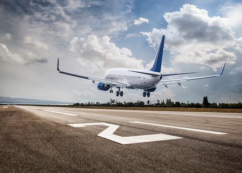 Approaching「Passenger airplane landing」:スマホ壁紙(9)