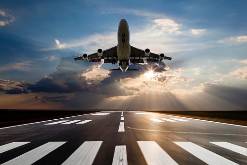 Approaching「Passenger airplane taking off at sunset」:スマホ壁紙(12)