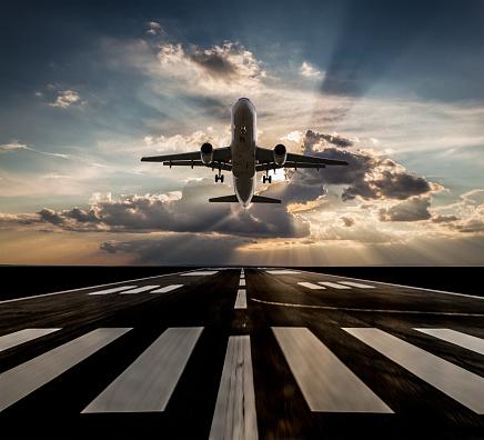 Approaching「Passenger airplane taking off at sunset」:スマホ壁紙(3)