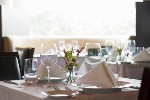 Wineglass「Unoccupied table in restaurant.」:スマホ壁紙(18)