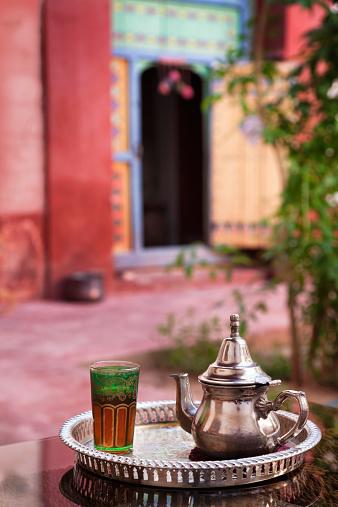 アトラス山脈「モロッコ産ミントティーをお出しする Riad (中庭)」:スマホ壁紙(8)