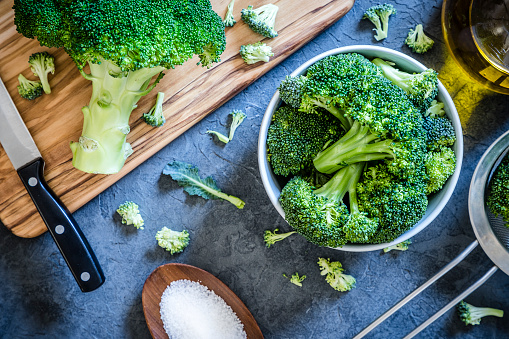 Broccoli「Cutting and cooking broccoli on grey textured backdrop」:スマホ壁紙(11)