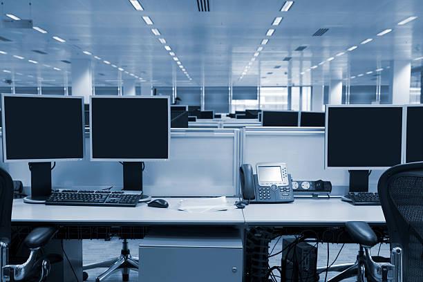 Computer Screens in Large Modern Office Interior, Toned Image:スマホ壁紙(壁紙.com)