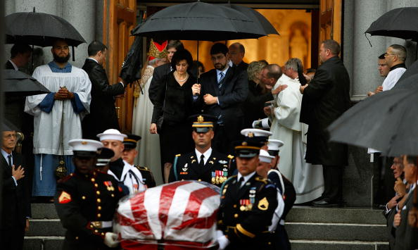 Pouring「Dignitaries, President, Family Attend Funeral Mass For Ted Kennedy」:写真・画像(0)[壁紙.com]