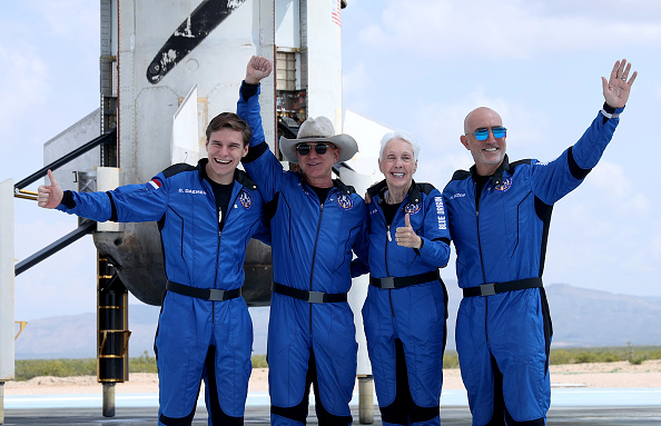 Outer Space「Jeff Bezos' Blue Origin New Shepard Space Vehicle Flies The Billionaire And Other Passengers To Space」:写真・画像(11)[壁紙.com]
