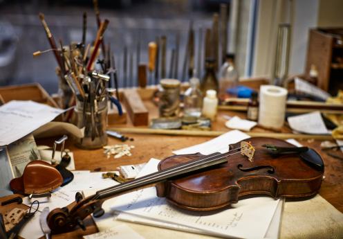 Violin「Tools and damaged instruments in a violin maker's workshop」:スマホ壁紙(1)