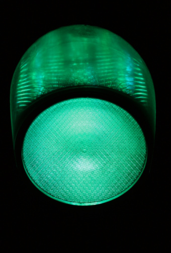 Guidance「Green traffic light at night, close-up」:スマホ壁紙(3)