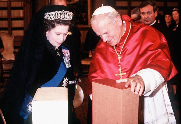 Anwar Hussein「Queen Elizabeth II Meets Pope Paul II」:写真・画像(4)[壁紙.com]