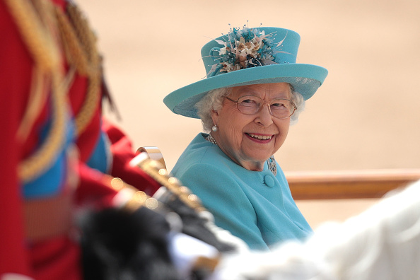Two People「HM The Queen Attends Trooping The Colour」:写真・画像(3)[壁紙.com]