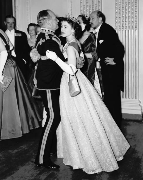 Queen Dances At Ball:ニュース(壁紙.com)