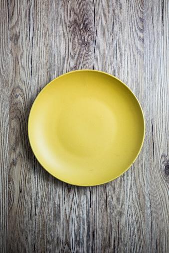 Empty Plate「Empty yellow plate on wood」:スマホ壁紙(12)