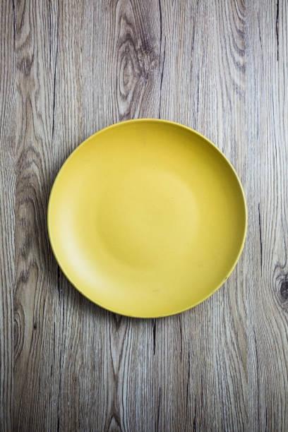 Empty yellow plate on wood:スマホ壁紙(壁紙.com)