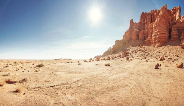 Empty desert landscape with open plateau and cliff band:スマホ壁紙(壁紙.com)