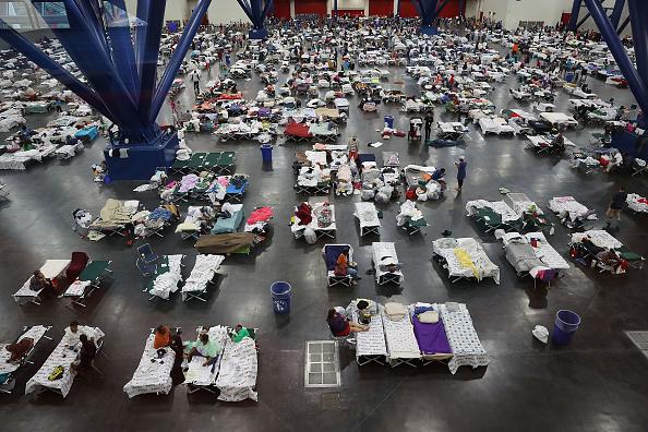 Emergency Shelter「Epic Flooding Inundates Houston After Hurricane Harvey」:写真・画像(1)[壁紙.com]