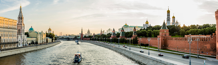 Bell Tower - Tower「View along the Moskva River」:スマホ壁紙(18)