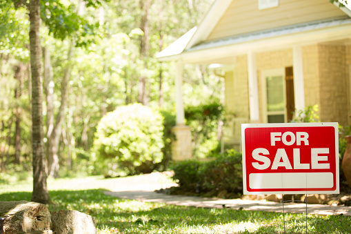 Sale「Home for sale with real estate sign.」:スマホ壁紙(10)