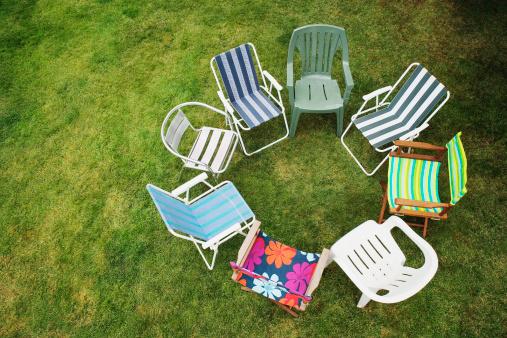 Deck Chair「Various chairs arranged in circle on grass, overhead view」:スマホ壁紙(15)