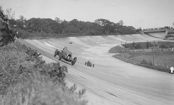 Bentley「Sir Henry Birkin's Bentley leading Earl Howe's Bugatti Type 54, BARC meeting, Brooklands, May 1932」:写真・画像(19)[壁紙.com]