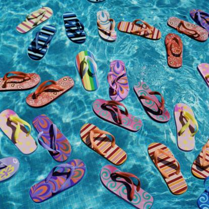 Flip-Flop「Multi-coloured flip flops floating in swimming pool」:スマホ壁紙(11)