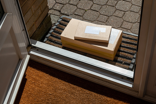 Online Shopping「Parcels on a doormat at the front door of a house」:スマホ壁紙(11)