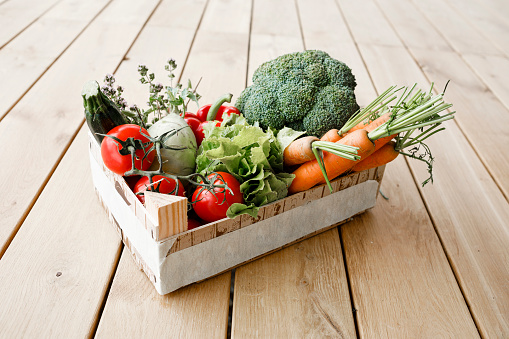 Broccoli「Wooden box of organic vegetables on wooden floor」:スマホ壁紙(2)