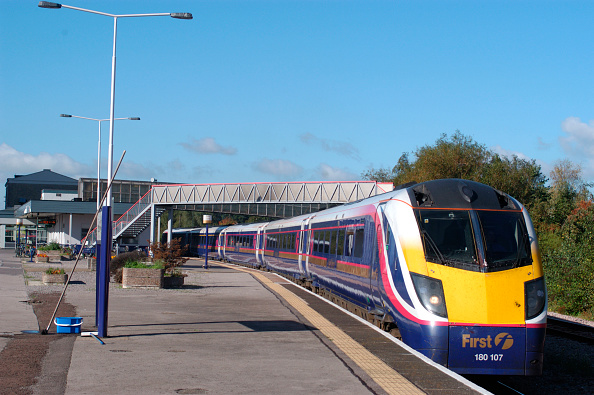 Station「The Great Western Railway. Swindon Station. View from east end of the Up platform as Class 180 Adelante trainset arrives at the relief platform with Worcester - Paddington service. October 2004.」:写真・画像(14)[壁紙.com]
