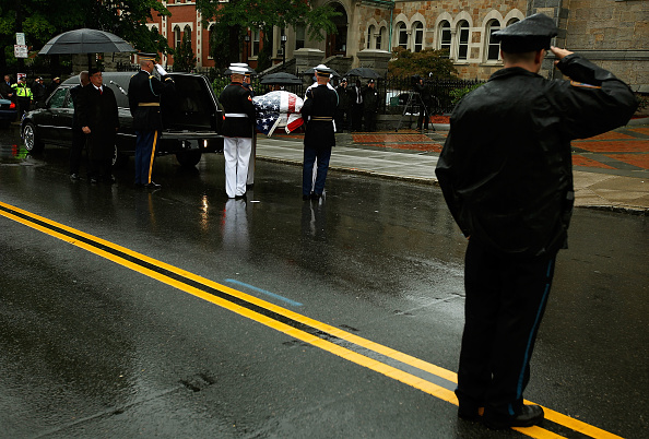 Pouring「Dignitaries, President, Family Attend Funeral Mass For Ted Kennedy」:写真・画像(2)[壁紙.com]