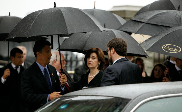 Pouring「Dignitaries, President, Family Attend Funeral Mass For Ted Kennedy」:写真・画像(1)[壁紙.com]