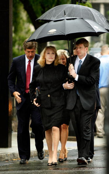Pouring「Dignitaries, President, Family Attend Funeral Mass For Ted Kennedy」:写真・画像(4)[壁紙.com]