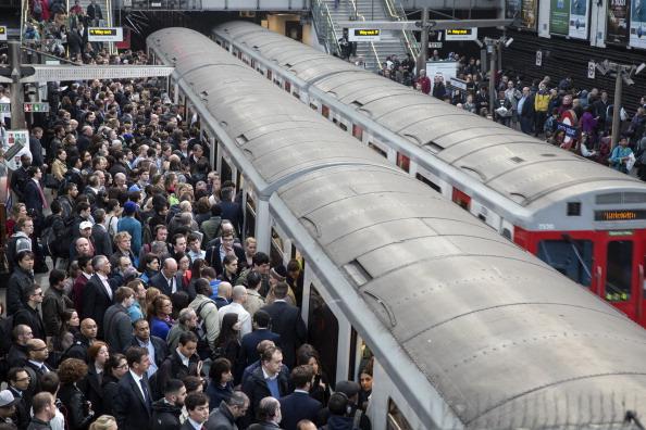 Commuter「London Underground 48-hour Tube Strike Affects Rush Hour」:写真・画像(7)[壁紙.com]