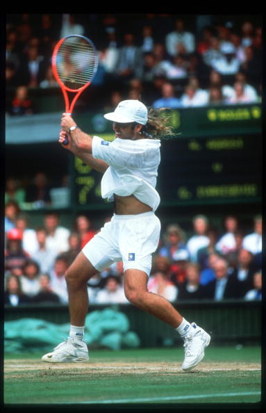 Best shot「Tennis Player Andre Agassi Returns A Serve During The Wimbledon Tournament July 5 1992 I」:写真・画像(19)[壁紙.com]