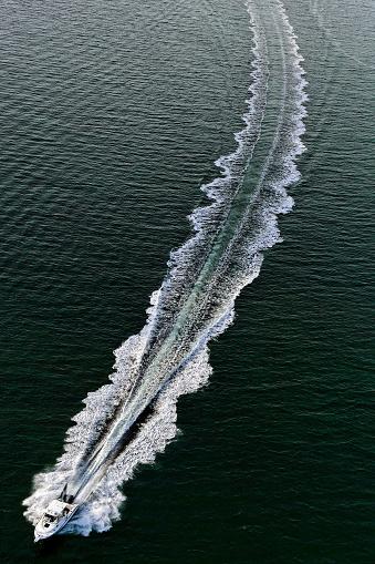 Approaching「splashing motorboat」:スマホ壁紙(19)