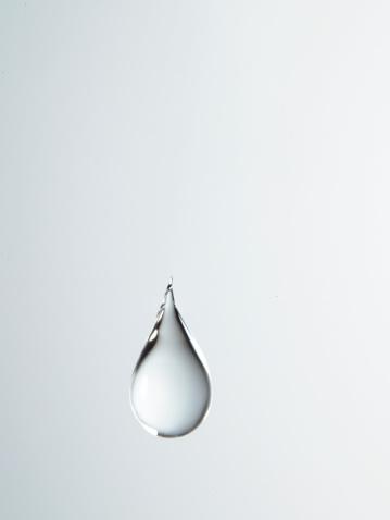 水「Tear shaped water drop suspended in air, close-up」:スマホ壁紙(6)