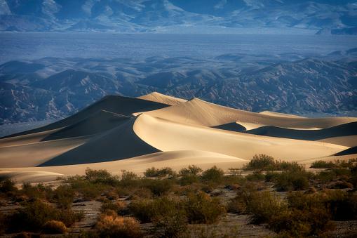 グレープバイン山「Mesquite Sand Dunes with Grapevine Mountains in background, Great Sand Dunes National Park and Preserve, Death Valley, California, USA」:スマホ壁紙(2)