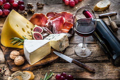 Appetizer「Appetizer: red wine, cheese and cured ham on rustic wooden table」:スマホ壁紙(10)