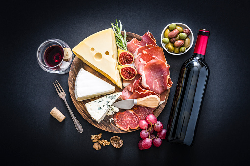 Snack「Appetizer: red wine, cured ham and cheese on black background」:スマホ壁紙(12)