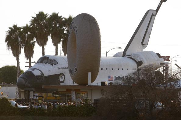 Space Shuttle Endeavor「Space Shuttle Endeavour Makes 2-Day Trip Through LA Streets To Its Final Destination」:写真・画像(16)[壁紙.com]