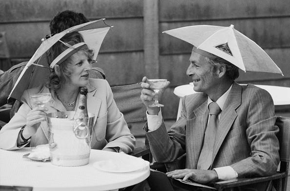 Hulton Archive「Umbrella Hats at Wimbledon」:写真・画像(12)[壁紙.com]
