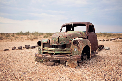 Destruction「A rusty abandoned truck sits in the middle of the desert near Aus, Namibia.」:スマホ壁紙(13)