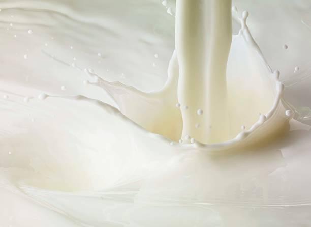 Milk pour and splash:スマホ壁紙(壁紙.com)