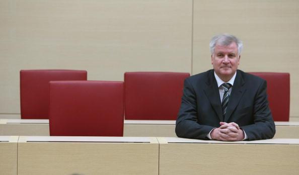 Bench「Seehofer Sworn In As New Bavarian Governor」:写真・画像(8)[壁紙.com]