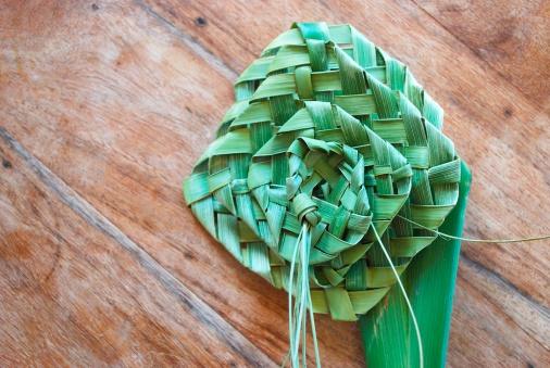 Kiwi「Putiputi woven from flax on a sunbleached wooden table」:スマホ壁紙(19)