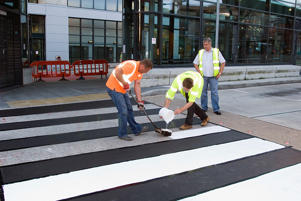 Pouring「Workmen pouring paint onto new pedestrian crossing, Shudehill, Manchester, United Kingdom」:写真・画像(2)[壁紙.com]
