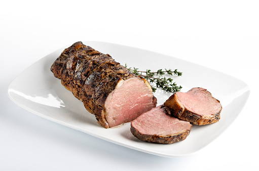 Beef「Cooked roast beef on a white plate」:スマホ壁紙(0)
