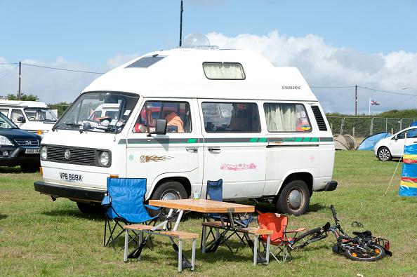 Camping「Volkswagen camper van at V Dub Island event, Isle of Wight 2013」:写真・画像(18)[壁紙.com]
