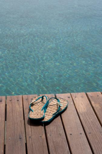 Flip-Flop「Beach sandals on dock, close-up」:スマホ壁紙(7)