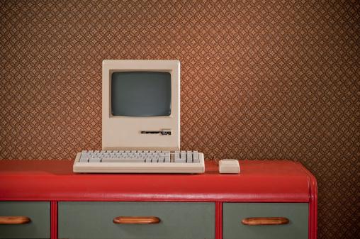 1980-1989「Old Classic Computer On Retro Desk」:スマホ壁紙(11)