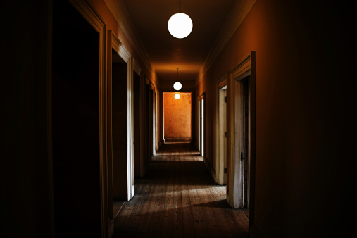 打ち捨てられた「ダークかなりの廊下」:スマホ壁紙(10)